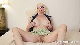 Mature Masturbating Her Pussy