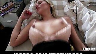 Una splendida ragazza ceca bionda viene abbordata e pagata per fare sesso in pubblico