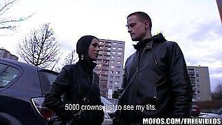 Una strana coppia ceca viene pagata in contanti per una cosa a tre