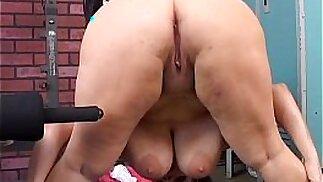 Bella tette rimbalzanti BBW babe scopa la sua grassa figa succosa