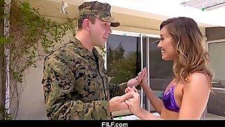 La matrigna asiatica Christy Love dà al suo figliastro Marine un caldo benvenuto a casa dal fronte