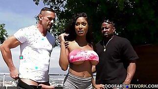 Busty Ebony Sarai Minx seduce suo marito e il suo amico